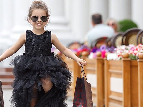 Little-Girl-shopping-309288970-800x600